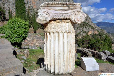 columna griega en delfos